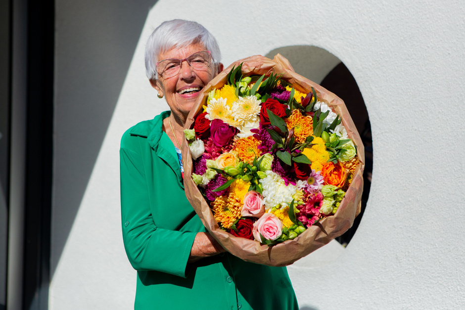 Horticultural sector and Ali B treated Dutch lonely elderly people to fabulous flowers